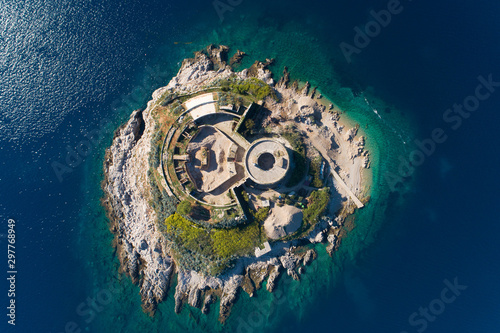 widok-z-lotu-ptaka-wyspy-mamula-zatoki-boka-kotorska-morza-adriatyckiego