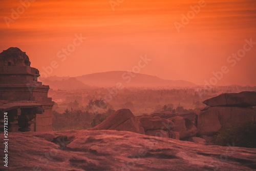 Montage in der Fensternische Rotglühen Hazy evening light after sunset in Hampi, India.