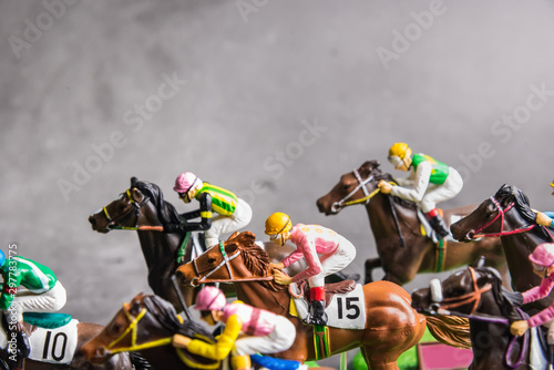 Fotomural  Galloping jockeys and race horses toy competing for position