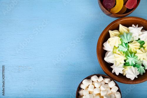 Pinturas sobre lienzo  Meringue,marmalade and marshmallow in wooden bowls