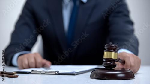 Male judge banging gavel on block, court determines sentence, professionalism Fototapet
