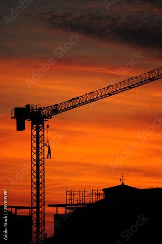 Photo  Tramonto sulla città in costruzione, il traliccio della gru contro il cielo