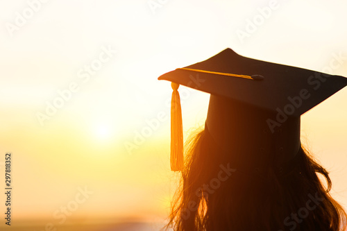 Foto Graduates wear a black hat to stand for congratulations on graduation