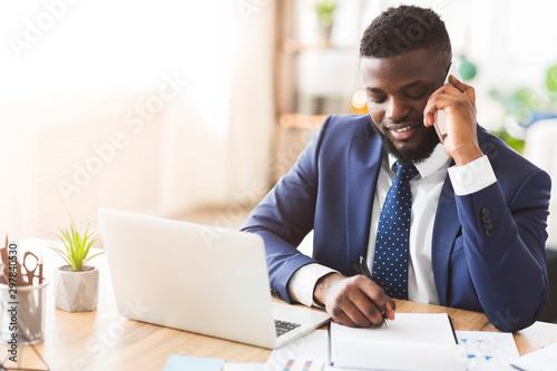 Εκτύπωση καμβά Smiling businessman talking by phone with secretary, writing down notes