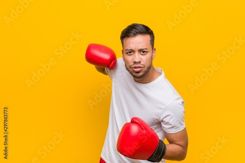 Photo  Young south-asian boxer man wearing red gloves.