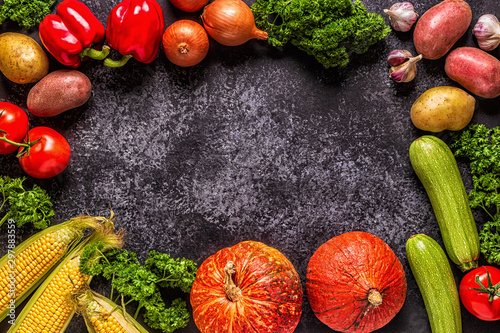 Fotografía  Fresh autumn vegetables for cooking on a dark background.
