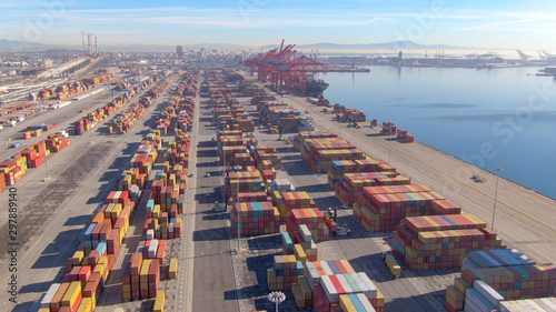 Photo DRONE: Stacks of colorful freight containers stretch far out into the distance