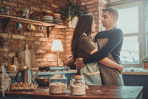 Fotografía  Attractive mature man is spending his morning with his wife at the kitchen