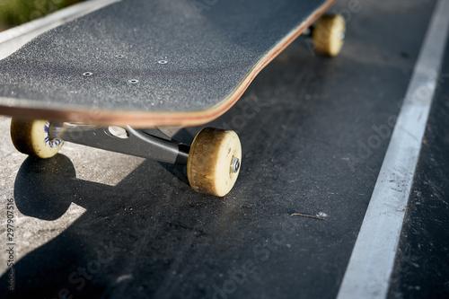 Fotografía  Closeup of skateboard in concrete skatepark on warm day