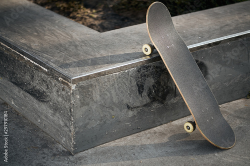 Cuadros en Lienzo View of black skateboard in concrete skatepark on warm day