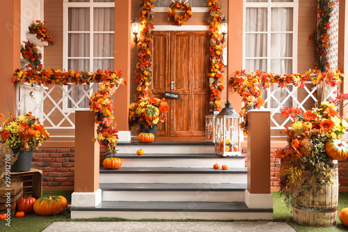 Fotografía  House entrance decorated for traditional autumn holidays