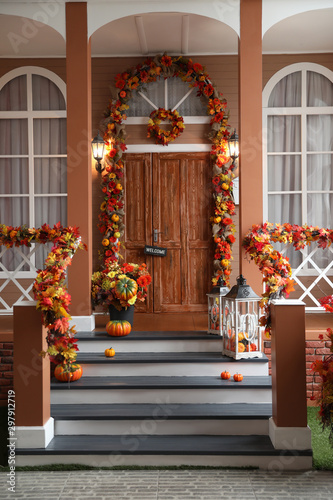 Pinturas sobre lienzo  House entrance decorated for traditional autumn holidays