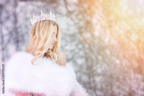 Fotografía  Snowy queen, princess with crown and fur coat. Winter fairy tale