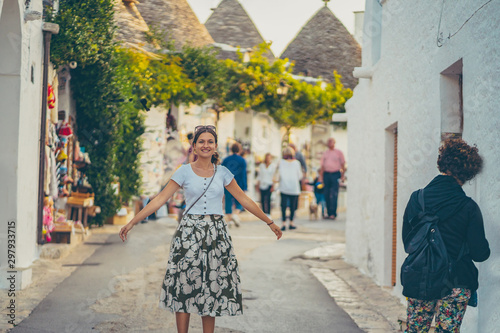Photo happy tourist girl woman take selfie photo in Alberobello town, Apulia, southern Italy
