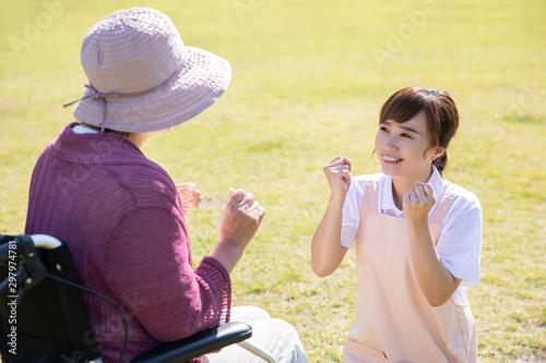 Fotografiet 介護士と高齢者