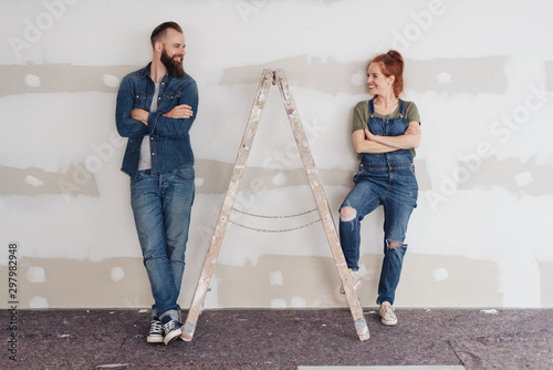 Fotografía Young couple doing renovations together at home