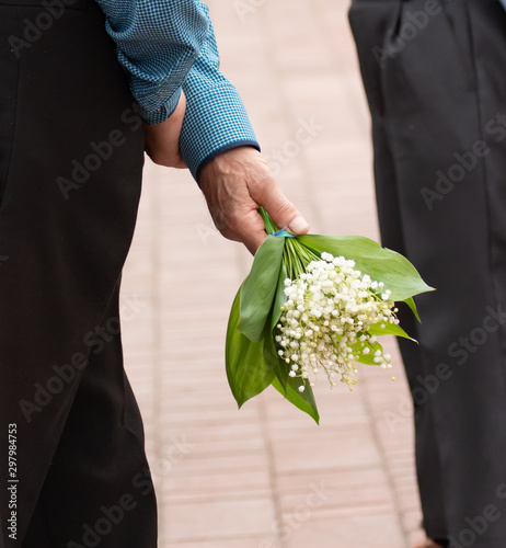 Poster Muguet de mai bouquet of lily of the valley in male hands