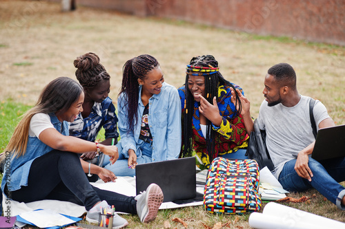 Fotomural  Group of five african college students spending time together on campus at university yard