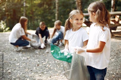 Fotografía  Volunteers collects rubbish
