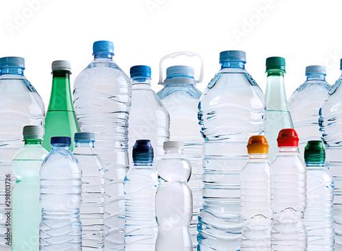 Valokuva  distintas botellas de agua de plástico en fondo blanco con reflejo en el agua