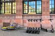 Miet E Scooter und Fahrräder auf dem Bürgersteig, Deutschland