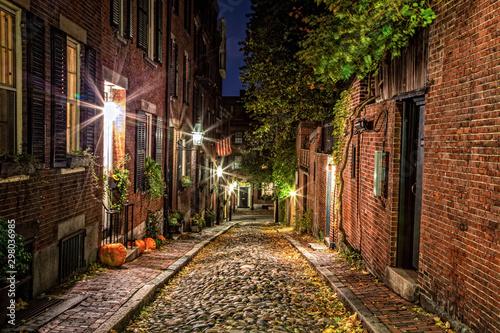Fototapeten Schmale Gasse Acorn Street Boston at haloween