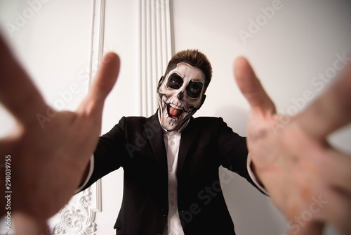 Photo sur Toile Papillons dans Grunge Skull make up portrait of young man. Halloween face art