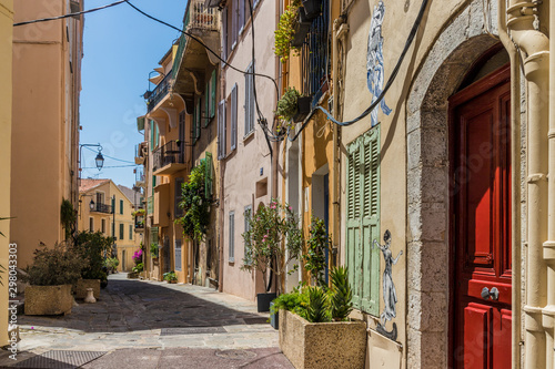 Fototapeten Schmale Gasse A typical view in Cannes in France