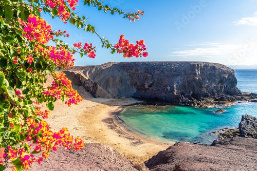 Fotografia Landscape with turquoise ocean water on Papagayo beach, Lanzarote, Canary Island