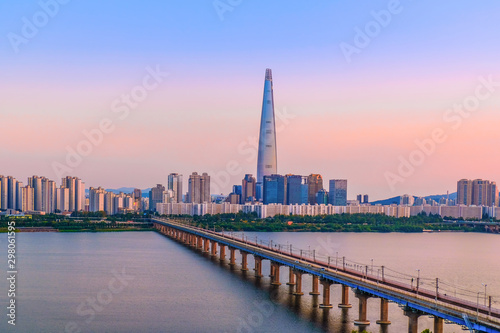 Poster Rose clair / pale Seoul Subway and Seoul City Skyline at Han river Seoul, South korea.