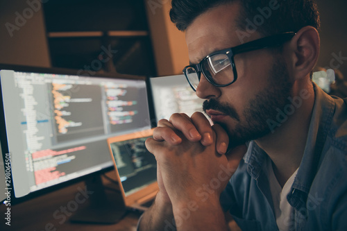 Fotografía  Profile photo of it specialist holding hands crossed fingers on chin looking mon