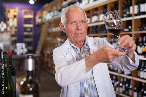 Fotomural  Winemaker checking wine in store
