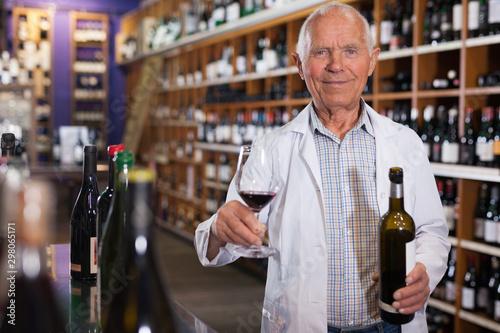 Fotografía  Winemaker offering glass of wine for tasting