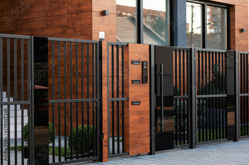 Foto Intercom on safety gate in front of a house.