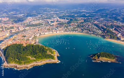 Fotografia  High view of San-Sebastian with Beach of La Concha and boats at sea
