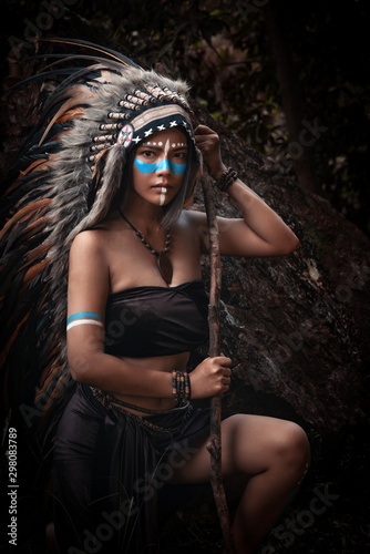 Fotografía Portrait of beautiful native american,indian woman posing in the wild forest