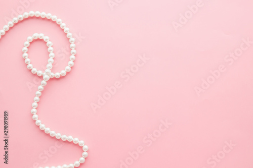 Leinwand Poster Pearls on pastel pink background