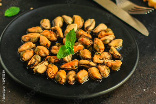 Fényképezés mussels in oil and spices (appetizer mollusks, pickled seafood, healthy food) menu concept
