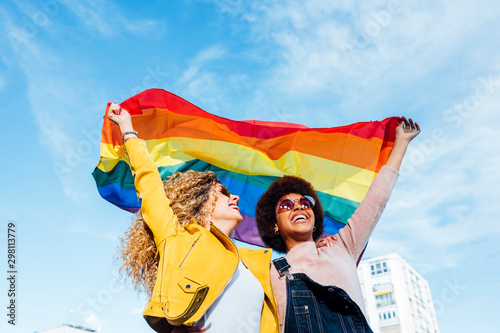 Fotomural Two women friends hanging out in the city waving LGBT with pride flag