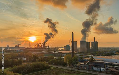 Fototapeta Sonneuntergang über dem Stahlwerk obraz