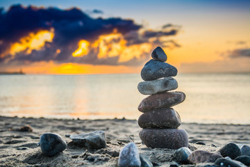 stos kamieni na plaży o wschodzie słońca