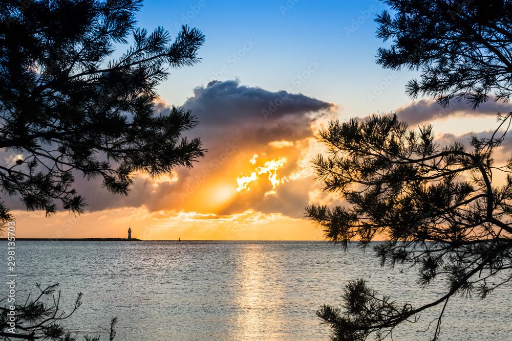wschód słońca na plaży nad morzem z pięknymi widokami