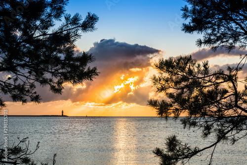 Fototapeta wschód słońca na plaży nad morzem z pięknymi widokami obraz