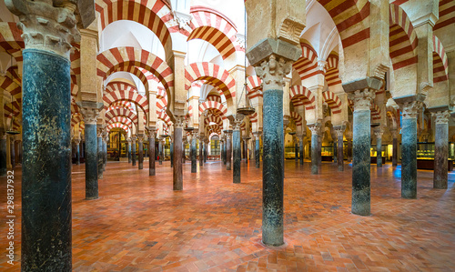 Photo Scenic indoor sight in the Mosque–Cathedral of Cordoba