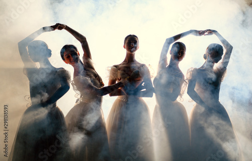 Photo sur Aluminium Commemoratif Ballerinas dancing indoors