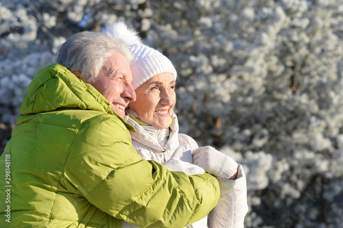 Foto auf Gartenposter Individuell Close up portrait of happy senior couple hugging