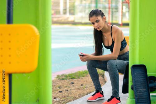 Photo Retrato mujer joven en ropa deportiva fitness entrenamiento al aire libre