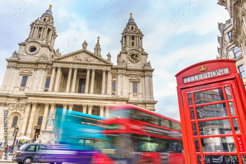 Türaufkleber London roten bus red phone boxes and red bus passing Saint Paul's Cathedral in London at cloudy day