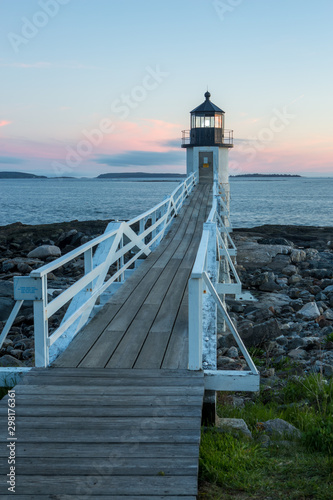 Fototapeten See sonnenuntergang Marshall Point Lighthouse at sunset, Maine, USA