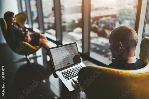 Photo A business meeting near the window on the top floor of a luxurious office high-r